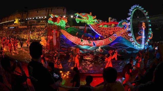 Lễ hội được tổ chức dưới dạng một đoàn diễu hành
