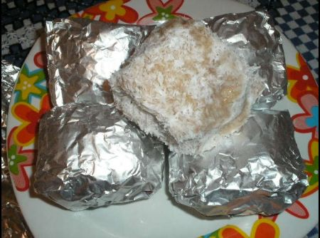 Receita de Bolo Esquimó - bolo ao meio, recheie e corte em quadrados. Misture o leite condensado com o leite de coco e passe os bolos por essa mistura e pelo coco ralado....