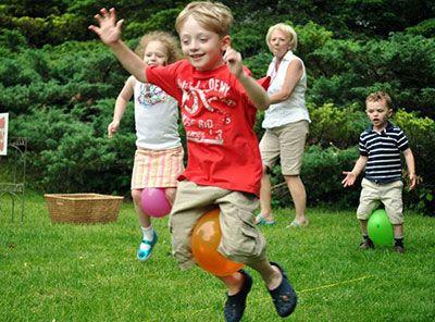 Herumtollen im Garten. #kita #kiga #kindergarten #bewegung #turnen #ballons # outdoor #draußen