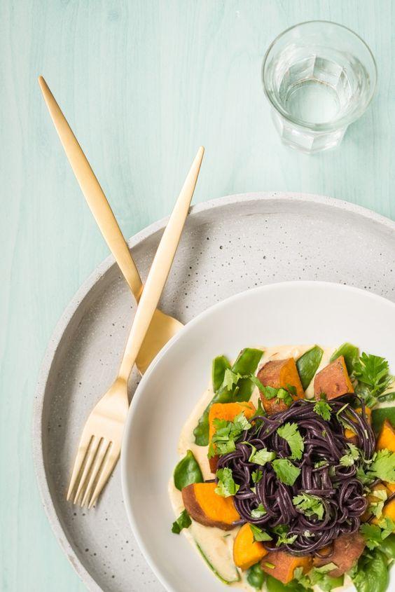 Schwarze Reisnudeln mit Süsskartoffeln und Kefen an orientalischer Mandelsauce mit Koriander