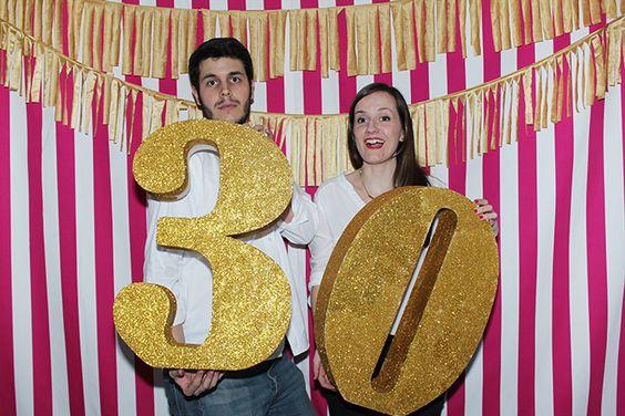 nice party photocall 30 años números purpurina