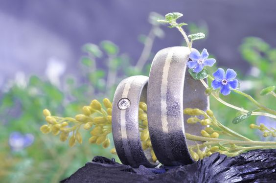 Trauringe erschaffen in der Nähe von Bern: Deine eigenen Essenzen machen diese Ringe zu eine Paar garantiert einzigartigen Eheringe -> http://elfenmetall.ch/trauringe-tipp-bern/ Für das Brautpaare welches weiss das die Hochzeit und die Trauringe das Symbold der ewigen Liebe sind.