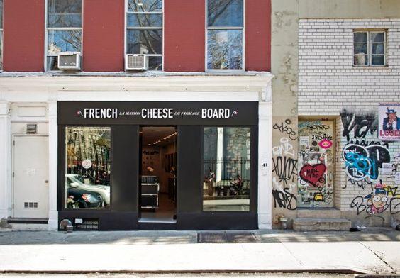 Im French Cheese Board in New Yorks Nolita-Viertel verkosten Käsefans ausgewählte Camenberts und nehmen sich das richtige Käsemesser dazu gleich mit.
