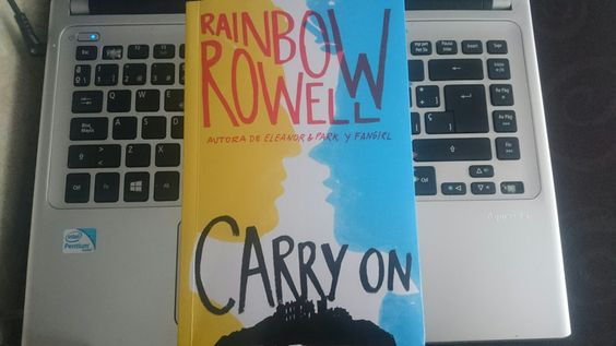 """Carry On"" escrito por Rainbow Rowell.:"