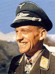 Hans-Ulrich Rudel (2 julio 1916 a 18 diciembre 1982) fue un bombardero en picado Stuka piloto. El militar alemán más condecorado de la guerra, Rudel fue galardonado con la única persona en ser galardonado con la Cruz de la Cruz de Hierro con Hojas de Roble de Oro, Espadas y Diamantes de Caballero. Rudel voló 2.530 misiones de combate que reclaman un total de 2.000 objetivos destruidos; incluyendo 800 vehículos, 519 tanques, un destructor, dos cruceros y el acorazado Marat Soviética.