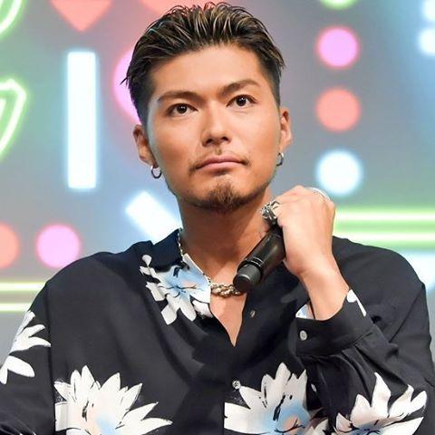 花柄のシャツを着たマイクを握っているEXILEのSHOKICHIの画像・壁紙