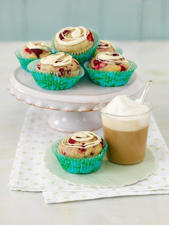 """Wer auch im Sommer nicht auf fluffig-leckere Muffins verzichten möchte,für den haben wir etwas ganz Besonderes: Leckere """"Vanille-Muffins mit Himbeeren & weißer Schokolade"""". Sie eignen sich perfekt für ein Picknick, als kleiner Snack bei der Tasse Kaffee im Büro oder als süßes Mitbringsel für Freunde und Familie – der Klassiker versüßt den Tag.  Verfeinert mit dem Alpro Sojadrink"""