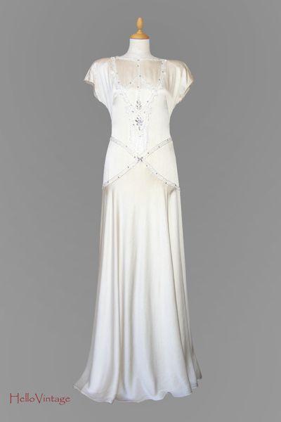 Traumhaft schönes Brautkleid aus reiner Seide im 20er Jahre Stil. Der Farbton ist Champagner. Das Kleid wurde liebevoll mit echt gekrampten Straßst...