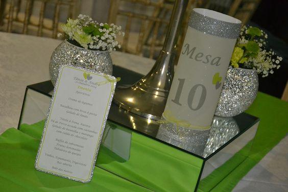 Ementa e marcador de mesa com vela no interior.