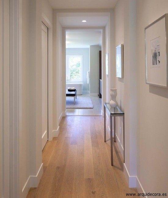 Crea un pasillo luminoso con suelos de madera y paredes - Pasillos con zocalo ...