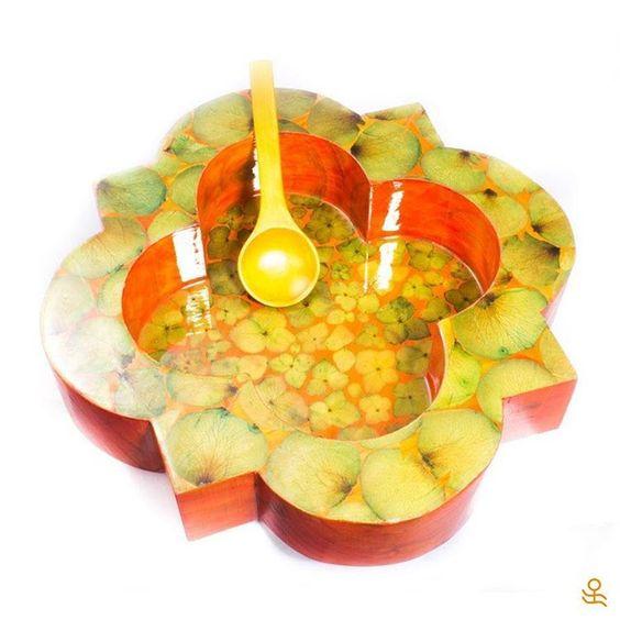 This handmade wooden server with petals will bring joy & color to your table! Get it here / ¡Este cuenco de madera hecho a mano con pétalos le dará alegría y color a tu mesa! Consíguelo aquí