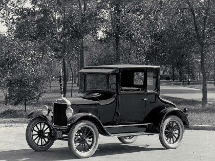 Ford Modelo T. El Ford T apareció en el mercado el 1 de octubre de 1908 y presentaba una gran cantidad de innovaciones. 3.El Ford T  fue desde 1913 el primer producto construido en cadena, siendo posible fabricar cada unidad en una hora y media, lo que era un gran avance pues su fabricación requería hasta entonces 12 horas.
