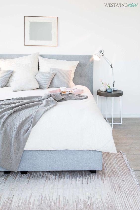 Strick macht Betten heimelig! Der Clou an den Kissen: Sie sind so meliert, dass sie die tonangebenden Farben des Zimmers – Grau, Braun und Creme –wieder aufnehmen und so perfekt mit ihrer Umgebung harmonieren.