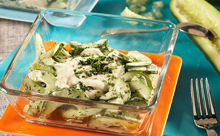 Der Gurkensalat Westerland wird dank der sahnigen Salat Creme Sylter Art und frischen gehackten Kräutern zum wahren Highlight.