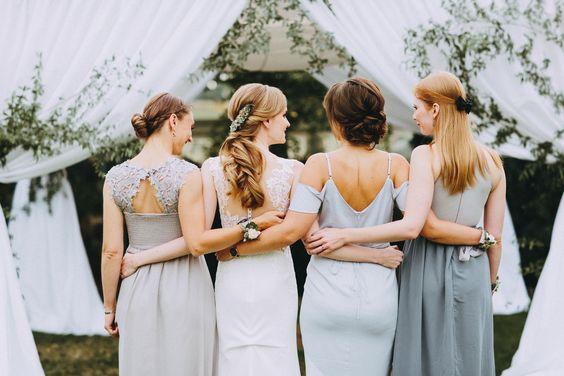 INNA Studio_bride with a wedding bouquet photo of bridesmaids bridesmaids at the wedding pastel colors of the dresses / panna młoda z bukietem ślubnym zdjęcie z druhnami druhny na ślubie pastelowe kolory sukienek / fot. Bajkowe Śluby