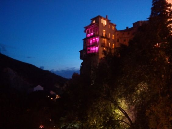 Las Casas Colgadas iluminadas de rosa