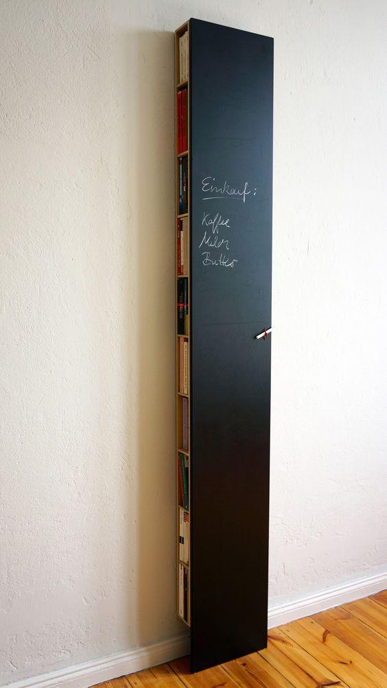 Bux Regal. Flaches Wandregal, das Kochbücher, CDs und vieles andere von der Seite aufnimmt. Vorne Tafelbeschichtung.
