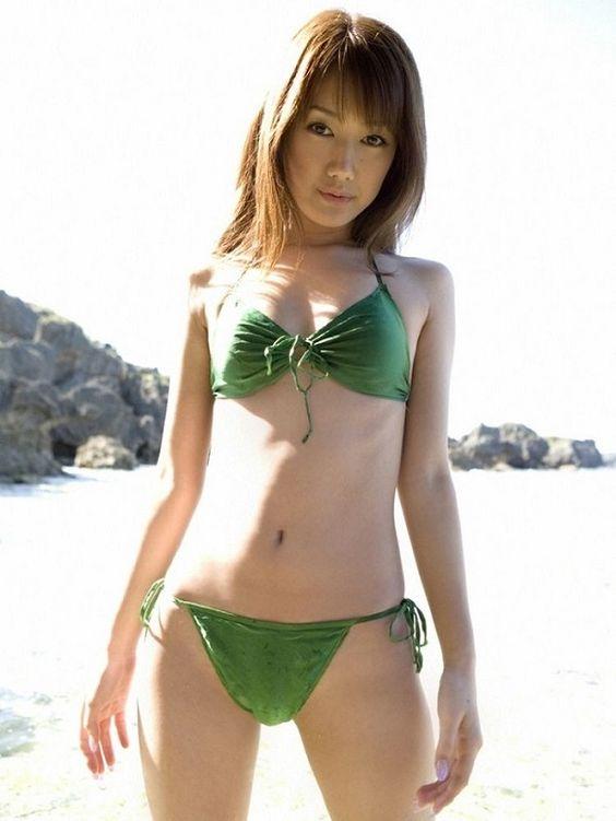 緑水着の多岐川華子