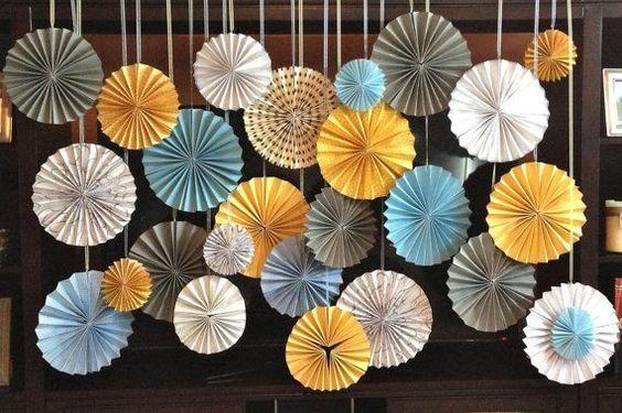 吊るすだけで空間がぱっと華やかになったりリズムが生まれたり、装飾にプラスしたいロゼッタ飾り。: