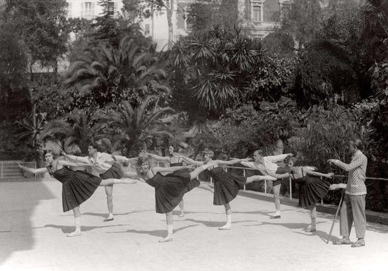Dans, ballet. De dansleraar Hans Gerard met zijn groep bij de dagelijkse dansoefeningen. Land, plaats en datum onbekend.