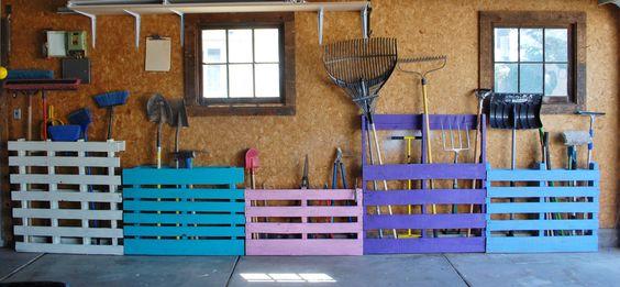 Rangements pratiques pour les outils de jardin : #palettes en couleurs