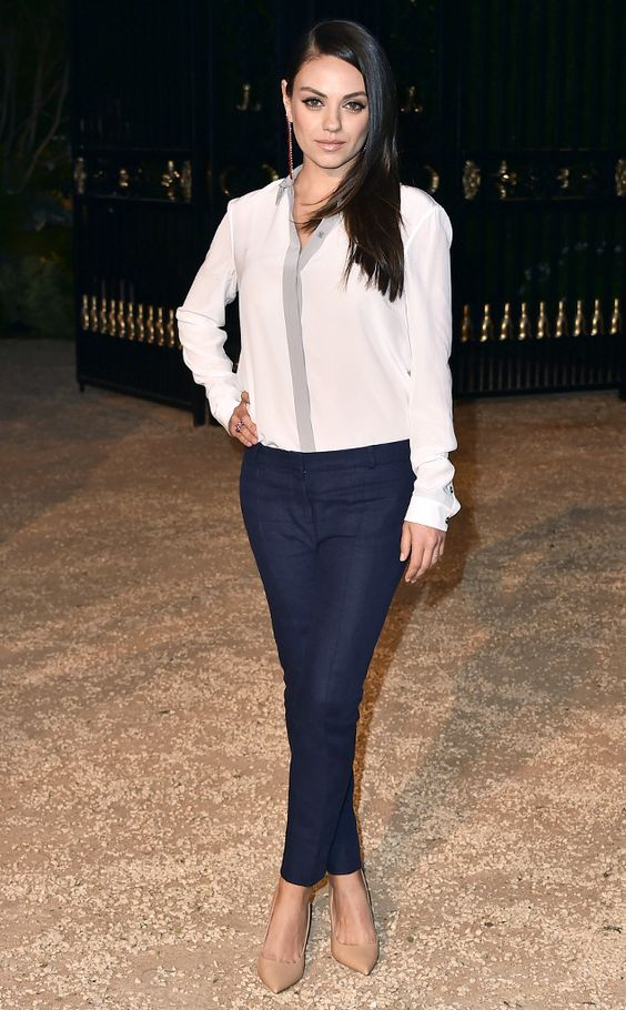 Mila Kunis se trouve à un événement Burberry où elle porte la marque de la tête aux pieds ! Le chemiser chic, le skinny en jean foncé et les escarpins nude sont chics !