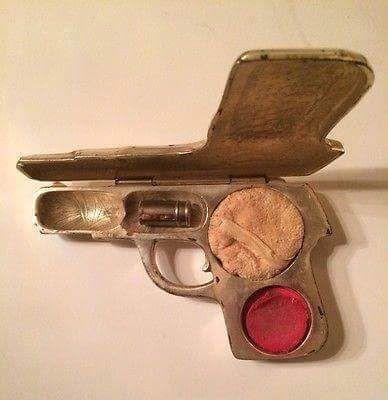fuckyeahmodernflapper:  Make up powder case, 1917. Source: Facebook.:
