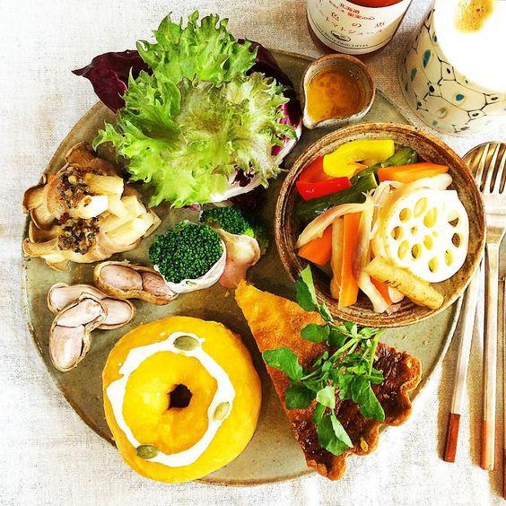 冷蔵庫の残り野菜ピクルス、逗子「ミサキドーナツ」のカボチャあんドーナツ、昨日の夜焼いた牛蒡のキッシュ☺︎