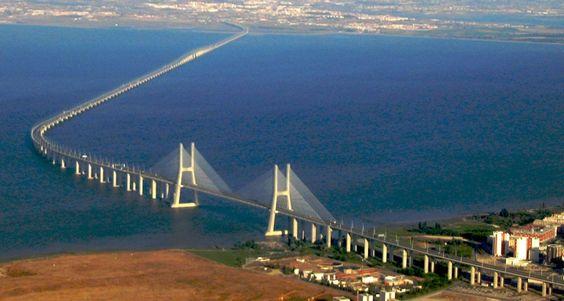 Le Pont Vasco da Gama est un pont suspendu qui enjambait le fleuve Tage, près de Lisbonne, capitale du Portugal. C'est le plus long pont en Europe (y compris les viaducs), avec une longueur totale de 17,2 km (10.7 miles), dont 0,829 km (0.5 miles) Le pont principal, 11,5 km (7,1 miles) de viaducs et de 4,8 km (3,0 miles ) sur un chemin d'accès spécial. L'objectif est de réduire la densité dans la ville de Lisbonne.