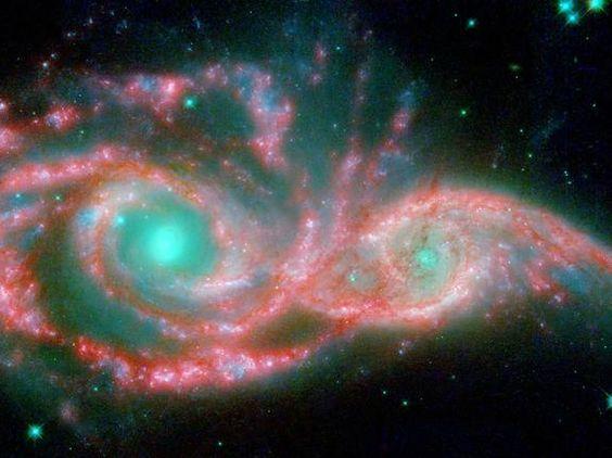 Estas galáxias em mudança de forma assumiram a forma de uma máscara gigante. Os olhos azuis de gelo são realmente os núcleos de duas galáxias, que se fundem, chamadas NGC 2207 e IC 2163, e a máscara são os seus braços espirais.
