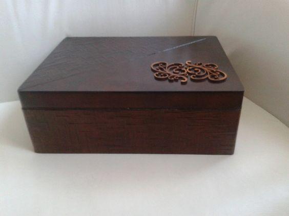 Linda caixa para bijouterias em mdf, tampa articulada (dobradiças), 03 andares, 02 bandejas, com divisórias e porta-anel. Possui revestimento interno (floc, efeito camurça) na caixa e bandeja. R$150,00