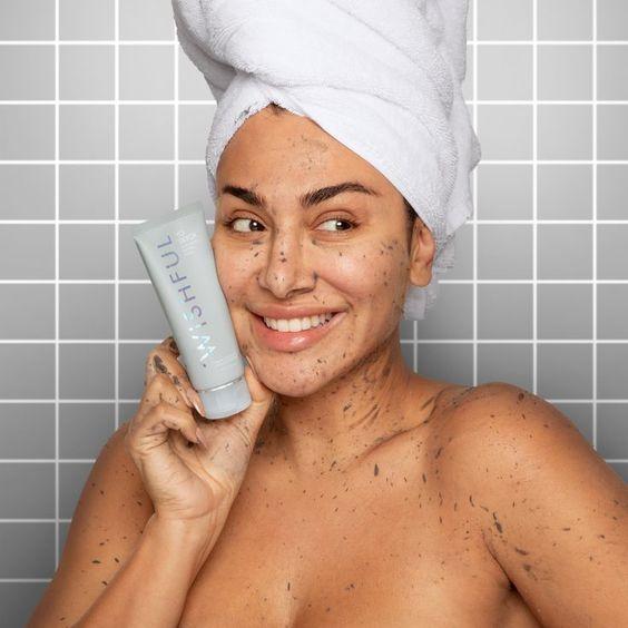 una chica en la ducha con una toalla en el pelo y el cuerpo cubierto de exfolian wishful