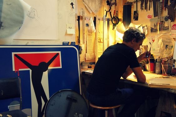 Clet Abraham dans Son studio a Florence.