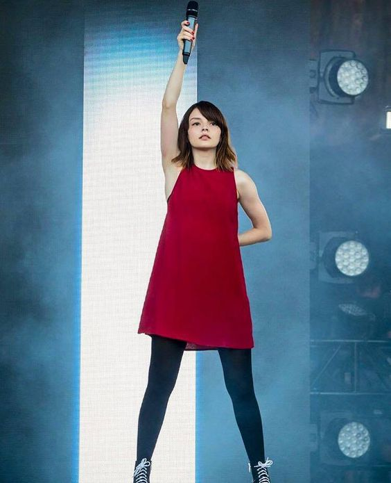 Whoa! :O I love that red dress (Lauren Mayberry)