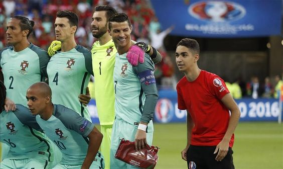 "Squawka News auf Twitter: ""10/10 effort from the pitch invader trying to get in on the #POR team photo. Cristiano Ronaldo's face...😂😂😂 https://t.co/YFX4bq38pe"""