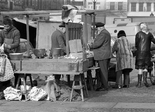 Marktstände am Klausenerplatz (1976).
