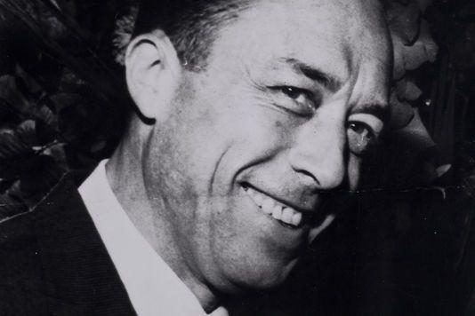 Écrivain, dramaturge, penseur, philosophe, journaliste, agitateur d'opinion et de conscience, metteur⋅en⋅scène, essayiste, romancier... Camus a endossé tous ces costumesavecgrand talent. Souvent bassement critiqué par de piètres envieux égotiques - signe évident de la grandeur inaccessible - il en rit encor...