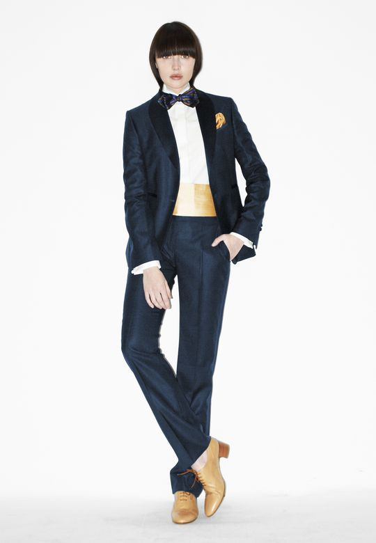 Bisher hatte der Hamburger Designer ausschließlich Anzüge für Männer und Frauen geschneidert – wie dieses Modell mit Kummerbund