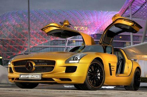Mercedes SLS AMG in oro al Salone di Dubai