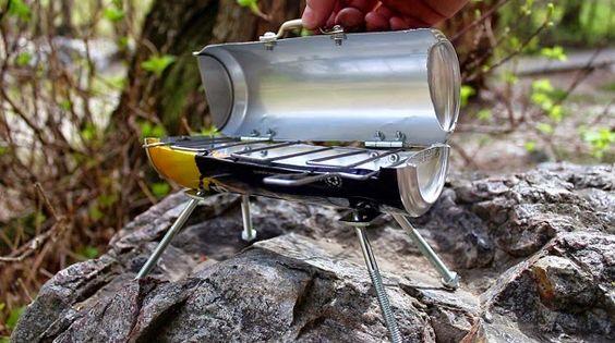 Procurando a maneira mais portátil de grelhar uma salsicha? Veja como construir um grelhador a carvão a partir de uma lata de bebida.