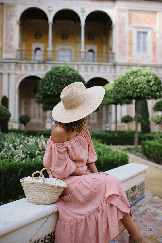 Me gusta mucho porque este vestido es la color de rosado. El sombrero mira bien con el vestido. El traje es perfecto para verano.