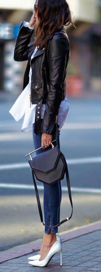Cuero, jeans y prenda básica blanca combinación perfecta
