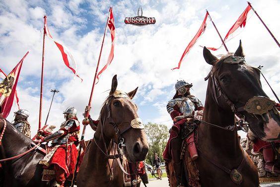 Gniewska husaria na paradzie z okazji Święta Wojska Polskiego w Warszawie. Gniew Hussars on parade Polish Army in Warsaw.  #Gniew #opanujgniew #gminagniew #husarze #husars #husaria #Hussars #koń #horse #proporzec #helmet #helm #zbroja #zbroje #armor #parada #parade #wojsko #wojskopolskie #swietowojskapolskiego #polisharmy #Army #warszawa #warsaw