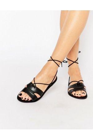 Flache Sandalen zum Schnüren