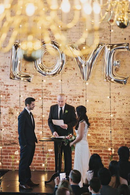 Boda industrial con globos. Foto: Clean Plate Pictures