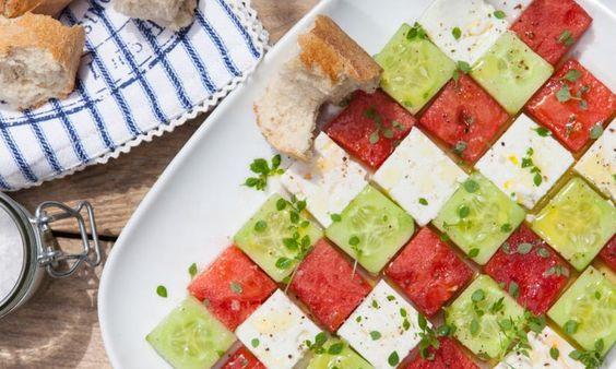 Ein sommerlicher Salat aus Gurke, Feta und Wassermelone, verfeinert mit feinem Basilikum