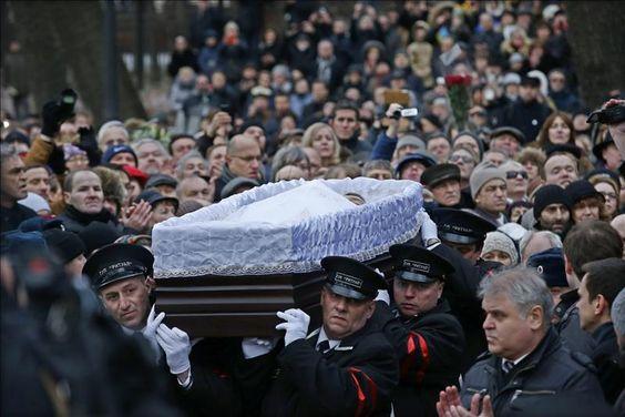 Miles de moscovitas y decenas de destacadas personalidades rusas y extranjeras despidieron ayer al líder opositor ruso Borís Nemtsov, asesinado el viernes.