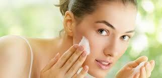 Rửa mặt đúng cách sẽ giúp se khít lỗ chân lông