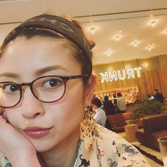 黒ぶち眼鏡をかけてカフェでゆっくりしている片瀬那奈の画像