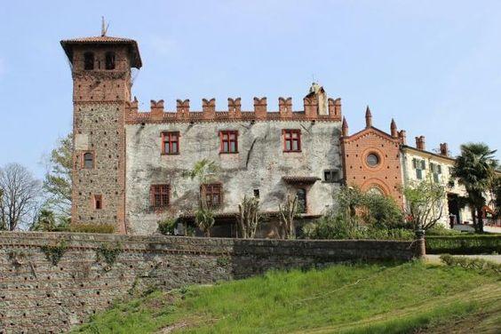 Il castello Pinchia esisteva già nel XIV secolo, come casaforte si trova sul confine occidentale del territorio di Ivrea ( Piemonte), confinante ad est con le acque del fiume Dora Baltea. La sua storia, come quella del paese di Banchette, è sempre stata strettamente connessa a quella della città eporediese, di cui seguì le sorti in tutto il medioevo.